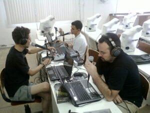 Na produção e gravação do Rock com Ciência, o professor Rubens (esq.) tem apoio de bolsistas